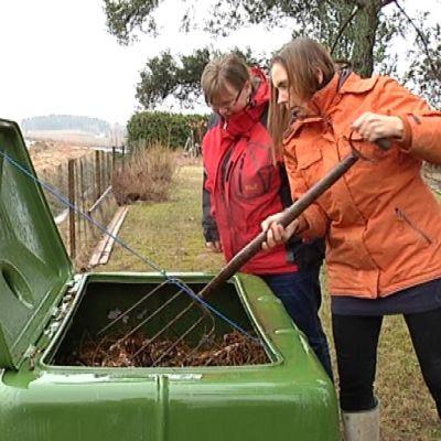 Christina Grönroos esittelee projektipäällikkö Christel Lindbladille kokeilun aikana hankittua kompostia.