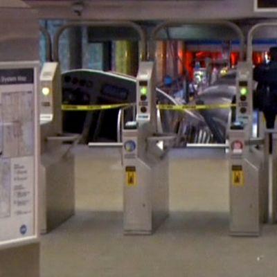 liukuportaisiin törmännyt metrojuna
