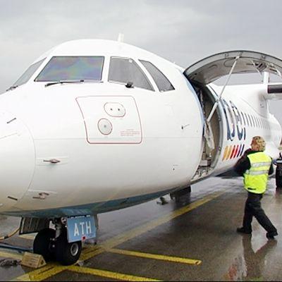 Flyben lentokoneeseen lastataan matkalaukkuja Helsinki-Vantaan lentokentällä  toukokuussa.