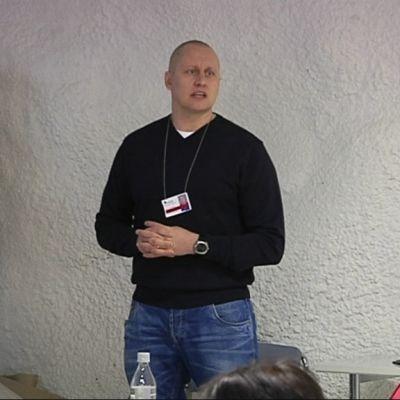 Valvontaesimies Jukka Liukkonen kouluttaa HUSin henkilöstöä.