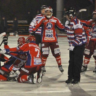 JPS tuulettaa voitettuaaan Porvoon Akilleksen ja finaalipaikan kotikentällään Viitaniemessä 8-4.