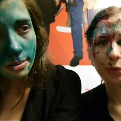 kaksi naista, joiden kasvot maalattu