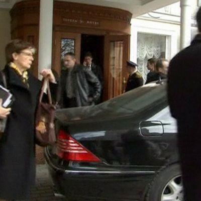 Astrid Thors menee autoon