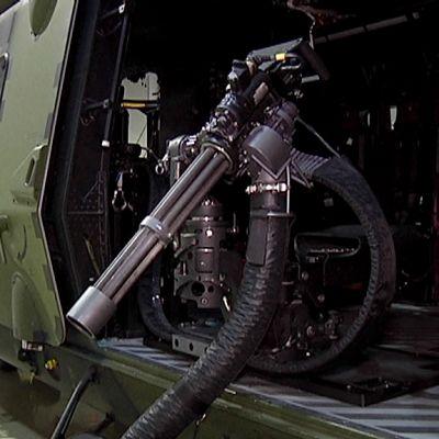 Minigun asennettuna kuljetushelikopteri NH-90:een.