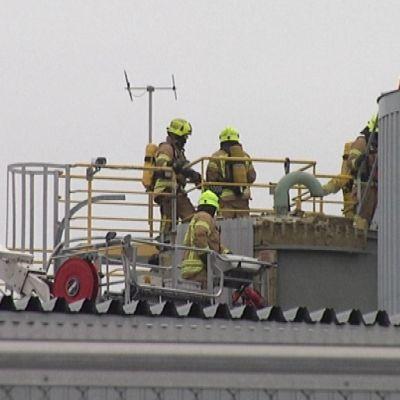 Palomiehiä Exxon Mobilin tehtaan katolla.