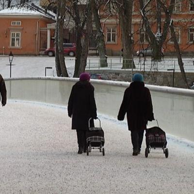 Kävelijöitä Turun Kirjastosillalla.