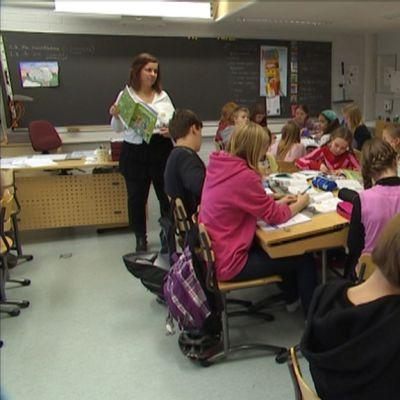 Salolaisen koulun luokkaan on koottu paljon oppilaita opettajien lomautusten vuoksi.
