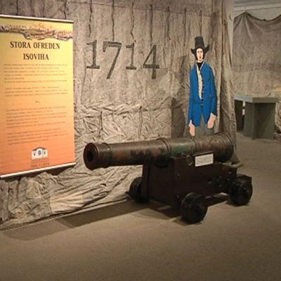 Kuva Isoviha-näyttelystä Pietarsaaren Tupakkamakasiinilta. Uponneen venäläiskaleerin meren pohjasta nostettu kanuuna.