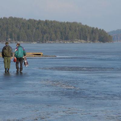 Kalastajia Päijänteen jäällä.