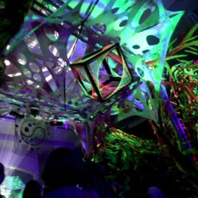 Värikkäitä valoja ja kankaista Kuumolatalon juhlasalissa
