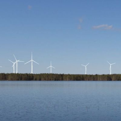 Tuulivoimamyllyjä havainnekuvassa