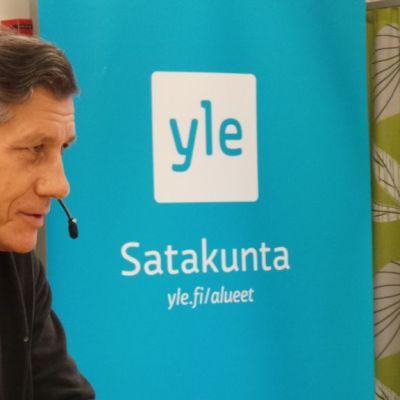 Veli-Pekka Ketola istuu radiostudiossa haastattelussa