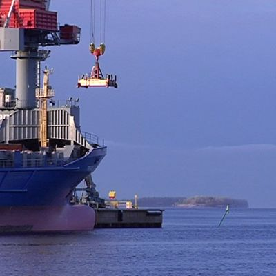 Laivaa lastataan Oulun satamassa