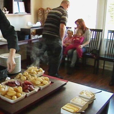Studioravintola Tundran ravintoloitsija Jarmo Pitkänen esittelee peruna-annoksia.