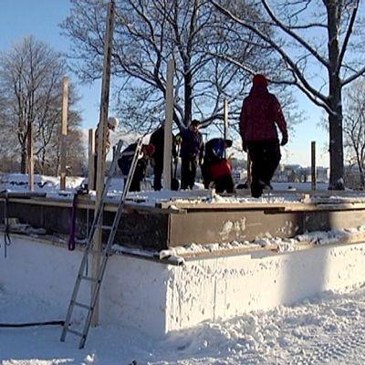 Lumikirkon rakennusta Lappeenrannan Linnoituksessa.