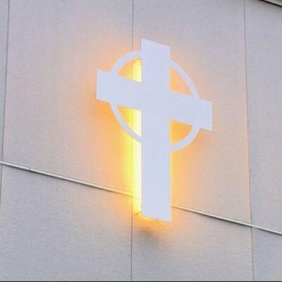 Risti loistaa kirkon seinässä
