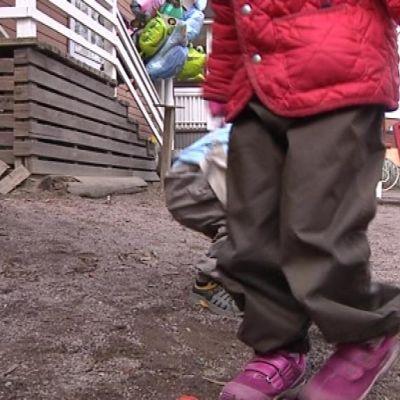 Lapset leikkivät pihalla
