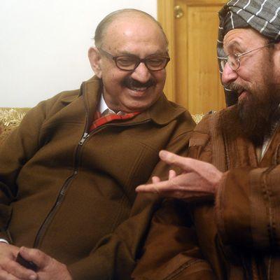 Pakistanin pääministerin erityisavustaja  Irfan Siddiqui ja Talibanien edustaja Maulana Sami-ul-Haq.