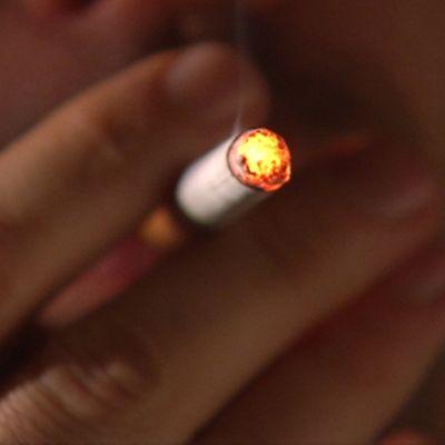 Henkilö tupakoi.