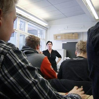 Uskonnontunti Maunulan yhteiskoulun yhdeksännellä luokalla.