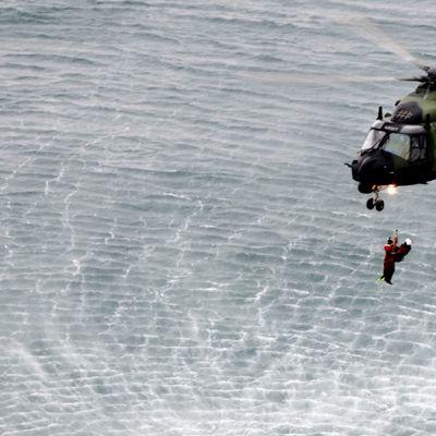 NH90-helikopterin miehistö harjoittelee meripelastustoimintaa yhdessä Islannin rannikkovartioston kanssa Reykjavikin edustalla