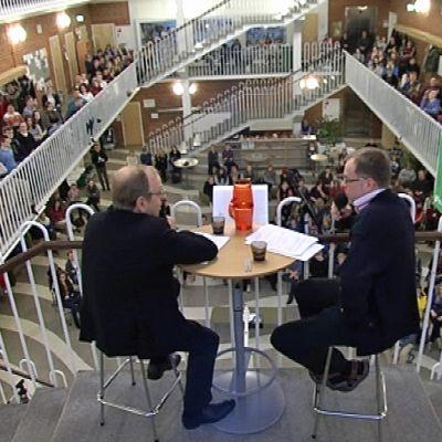 Suomen Pankin pääjohtaja Erkki Liikanen (vas.) Lyseonpuiston lukiolaisten kyselytunnilla, vieressä opettaja Salomo Juupaluoma.