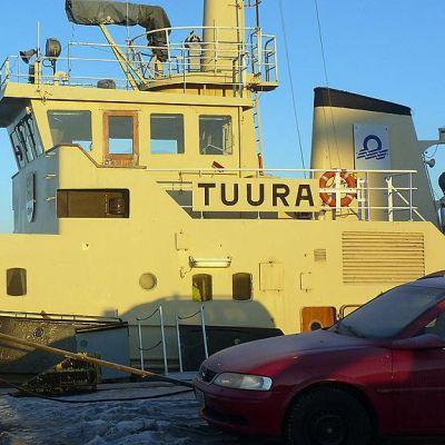 Jäänmurtaja Tuura Oulun satamassa