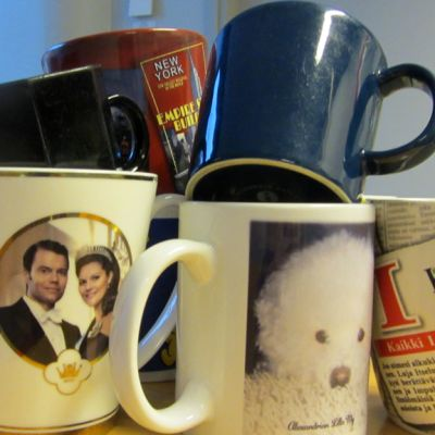 Kuvassa kasa erilaisia kahvimukeja.