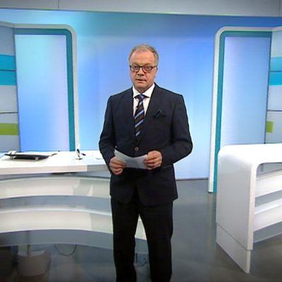 Uutisankkuri Matti Rönkä tv-uutisten studiossa.