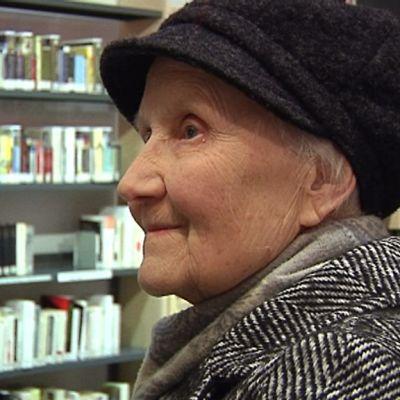 Elvi Löhönen kirjastossa