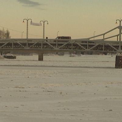 Porin vanha silta ja jäinen Kokemäenjok, joki jai jää