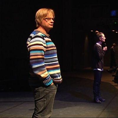 Iiro Rantala Ja Sirkku Peltola puhuvat yleisölle teatterin näyttämöllä.