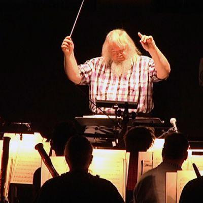 Leif Segerstam johtaa Turun filharmonista orkesteria.