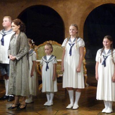 Näyttelijöitä Porin teatterin lavalla