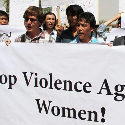 Afganistanilaiset ihmisoikeusaktivistit osoittivat mieltään 31. heinäkuuta 2012 Kabulissa Syed Wahidi Behishtiä vastaan, jota syytettiin afganistanilaistytön, Shakilan, murhasta ja raiskauksesta. YK:n raportin mukaan lähes 1/3 afgaaninaisista kärsii ruumiillisesta ja henkisestä väkivallasta, kun taas seksuaalisen väkivallan uhreja raportoidaan olevan 25 % koko väestöstä.