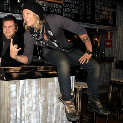Jarppi Leppälä, Sedu Koskinen ja Jukka Hilden poseeraavat pian remontoitavassa ravintolassaan.