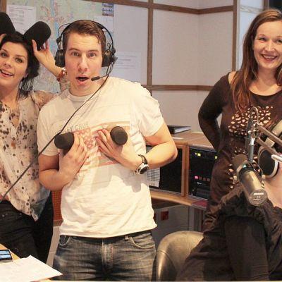 Armi Toivanen, Aku Hirviniemi, Johanna Vuoksenmaa ja Heli Kaski Radio Keski-Suomen studiossa.