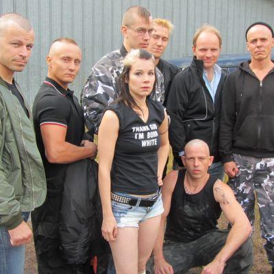 Takana vasemmalta Peter Franzén, Niko Vakkuri, Mikko Neuvonen, Jussi Vatanen, Dome Karukoski ja Jasper Pääkkönen. Edessä Pamela Tola ja Timo Lavikainen