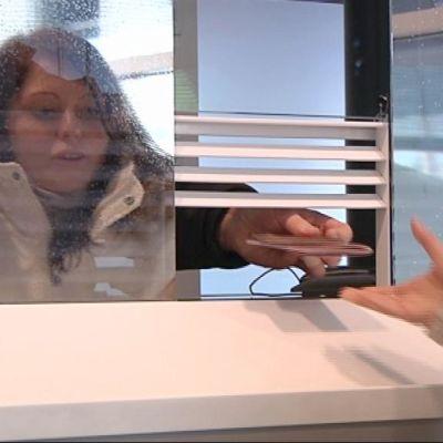 Nainen passintarkastusluukulla.