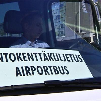Lentokenttäbussikokeilu alkoi elokuun puolivälissä. Ensimmäisinä päivinä Jyrki Schmandtin kuljettamat bussit olivat tyhjillään.