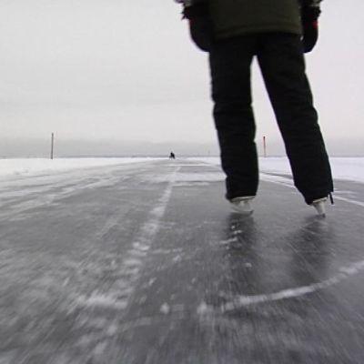 Luistelija retkiluisteluradalla Oulun edustalla.