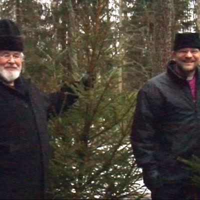 Arkkkipiispa Leo ja piispa Jari Jolkkonen hakivat joulukuuset metsästä.