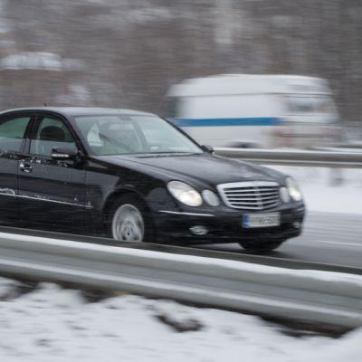 Henkilöauto talvisella tiellä