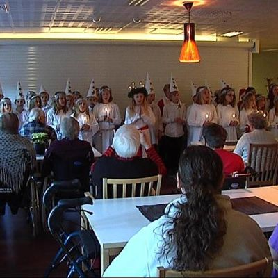 Lotilan koulun oppilaat esiintyivät Lucian päivänä Palvelutalo Puntarissa Lahdessa.