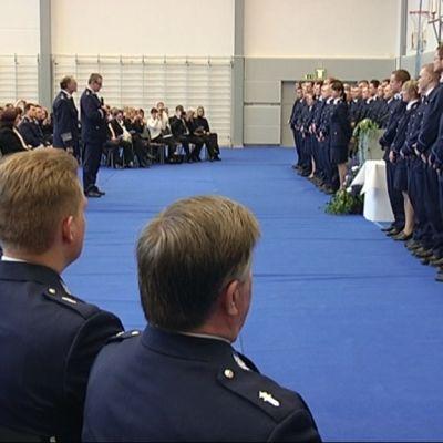 Vastavalmistuneet poliisit vannovat poliisivalan Tampereella.