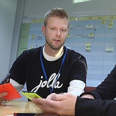 Tuoteryhmän vetäjä Jouni Mikkonen ja tuotepäällikkö Annika Hautamäki tutkailevat Jolla-puhelimia