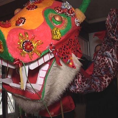 Kiinalaista uutta vuotta juhlitaan kymmenen metriä pitkän lohikäärmeen kanssa.