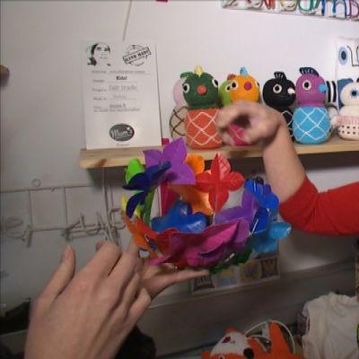 Nainen, Outi Puro, Mum´sin myymälässä lelujen kanssa.