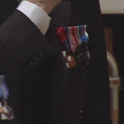 Kunniamerkkejä sotaveteraanien puvuissa.