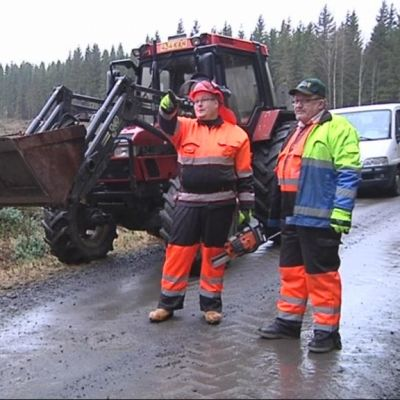Tero Karjalainen ja Esa Suomalainen traktorin vieressä.